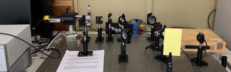 Optical bench setup in the lab.