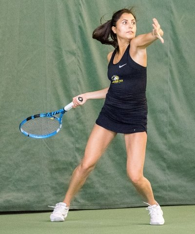 Vicky Quinde swinging racquet.