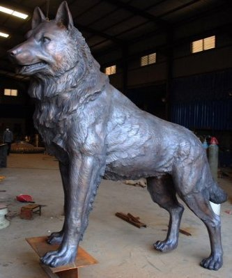 Next time you see this impressive creature, it will be standing guard in Husky Statue Plaza, in front of the Van Pelt and Opie Library. The statue, the showpiece of the new Alumni Way, was sculpted by artist Brian P. Hanlon.