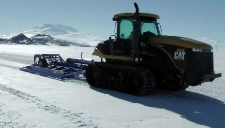 The tractor and the groomer on the glacier