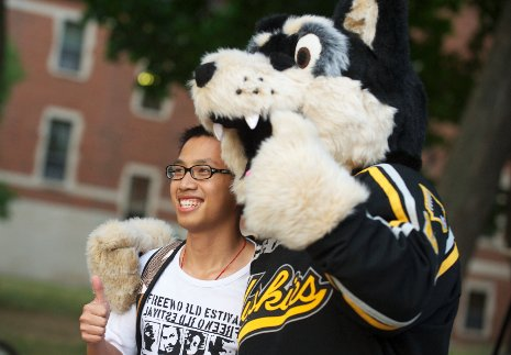 Blizzard T. Husky welcomes new students to Michigan Tech.