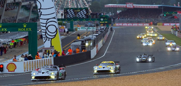 A crowd of cars at Le Mans, including the Vipers in front.