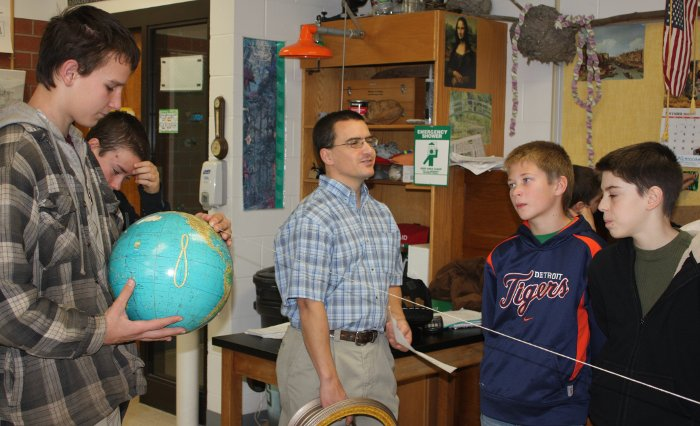 Noyce Scholar Larry Hermanson brings the rotation of the earth to life in a Michigan classroom.