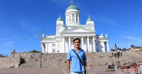 Yue Li in front of the Helsinki Cathedral in Finland
