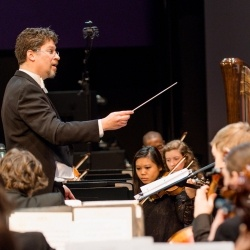 Joel Neves conducting the KSO